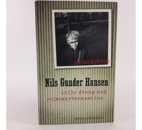 Nils Gunder Hansen lille dreng med rejseskrivemaskine